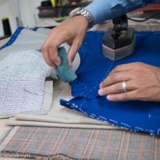 Le costume est sculpté. Pour ce faire, deux outils, une éponge mouillée, et un fer à repasser