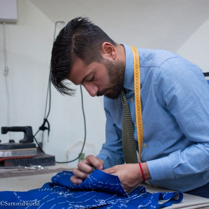 Vincenzo en plein travail sur la veste d'un client
